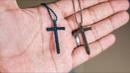 Colgante de cruz hecho con nudos Collar macrame paso a paso