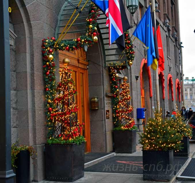 Вход в гостиницу Астория - новогодний декор