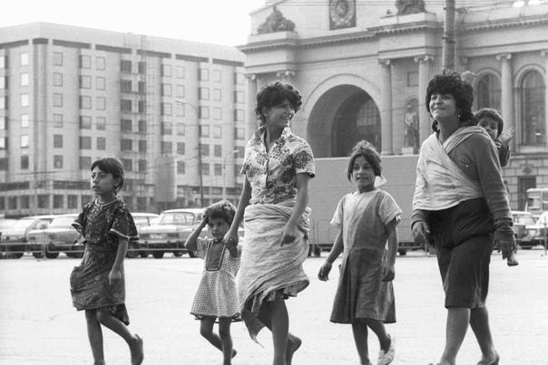 Как в СССР решался «цыганский вопрос» За всю историю Советского Союза не было народа, который бы настолько не соответствовал советскому строю, как цыгане. Они жили дорогой, им абсолютно не было