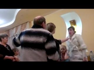 Пьяная невеста показала средний палец, отец жениха полез на неё в драку