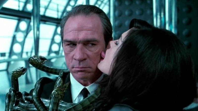 О ням ням какие вкусности Серлина встречает Кея Момент из фильма Люди в чёрном 2 2002