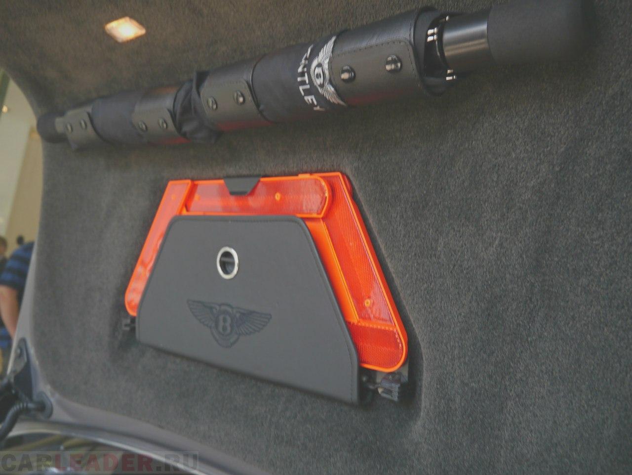 Багажник сам открывается без нареканий. Закрывается - тоже. Даже с дотягиванием, как и боковые двери. А такой массивный зонт вполне подойдет для самозащиты.