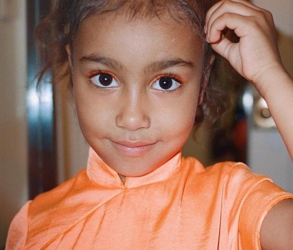 5-летней дочери Ким Кардашьян уже нашли жениха Старшая дочь Ким Кардашьян и Канье Уэста дружит с семилетним сыном рэпера Consequence. У звездных семейств свои планы на эту парочку. Поклонники