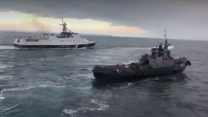 Корабль ВМФ России таранит украинское судно нарушившее государственную границу