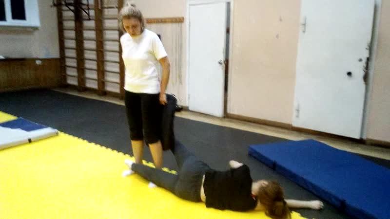 Удар голенью наружу из положения лежа (ножницы ногами). Тренировка по Ушу
