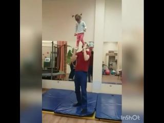Невероятно! У малышки ДЦП, как она это делает! Смелая Лиза!