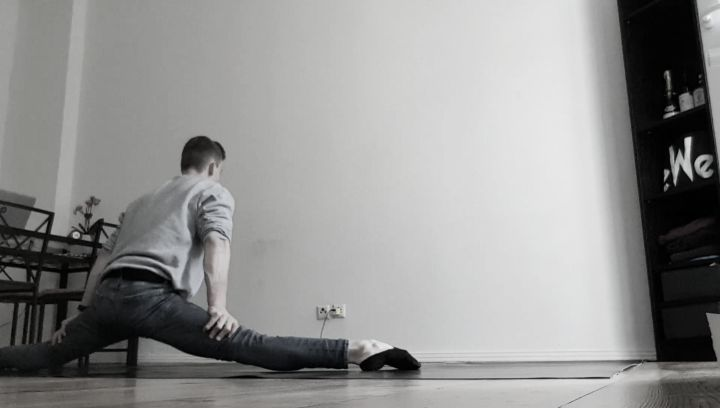 """Tim Kriegler on Instagram """"Testing the new floor 💪🏼🤪 Happy weekend everyone.. 🤗 circuseveryday acrobat homepractice stayactive goodtime cir..."""