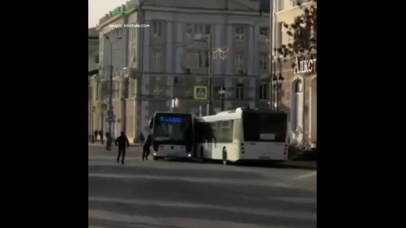 В Ростове на Дону водитель забыл поставить автобус на ручник d hjcnjdt yf ljye djlbntkm pf sk gjcnfdbnm fdnj ec yf hexybr