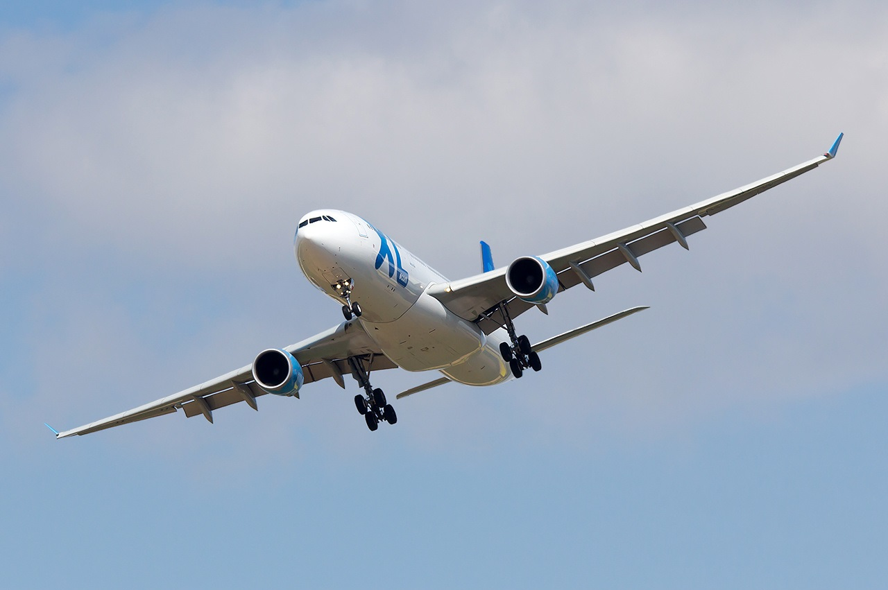 Самолет маневрирует перед заходом на посадку