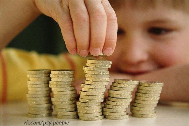 Новый учитель, придя в класс, обнаружил, что одного мальчика дразнят и обзывают дурачком. На перемене он спросил ребят, почему они его так обзывают. — Да он и вправду дурачок, господин учитель. Если дать ему большую монету в пять шекелей и маленькую в десять, он выберет пять, потому что думает, что она больше. Вот, смотрите… Парень достает две монеты и предлагает мальчику выбрать. Тот, как всегда, выбирает пять. Учитель с удивлением спрашивает: — Почему же ты выбрал монету в пять шекелей, а не…