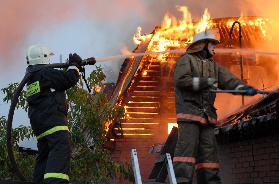 В Таганроге в 18-ом переулке сгорел частный дом  А под Таганрогом двое пострадали при пожаре в хозпостройке, один из которых погиб..  В минувшую среду, 5 ноября, в городе Таганроге в 18.05 произошло возгорание в частном жилом доме, находящемся в восемнадц