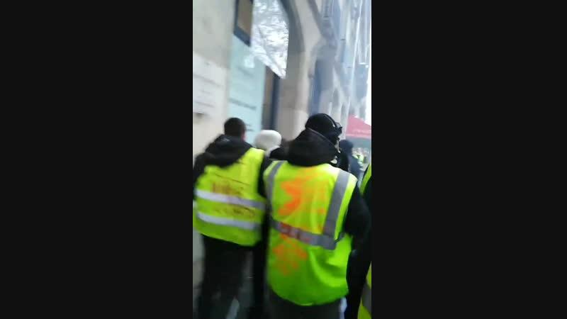 La banque LCL boulevard haussmann prend feu. Des Gilets jaunes aident les riverains à sortir. Les pompiers sont sur place