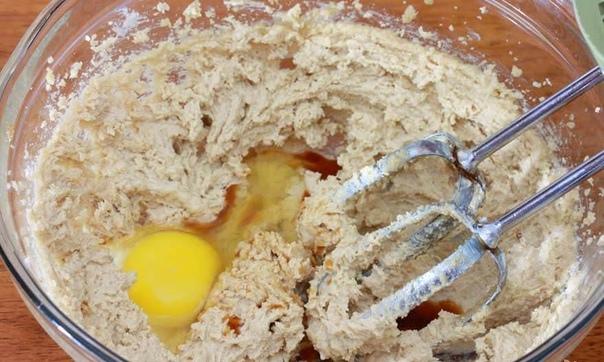 печенье с фисташками, шоколадом и клюквой сладости с приятной кислинкой - объеденье! часто делаю такое печенье к чаю или же просто детям на полдник! попробуете________в холодильнике