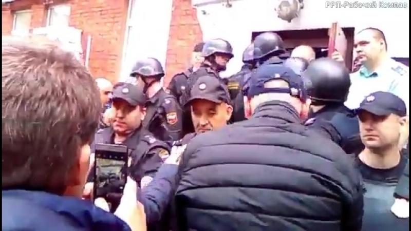 В Москве выселяют общежитие.Женщину,сидевшую с больной дочерью,выволокли за волосы.13-летнюю девочку выгнали на улицу в тапочках