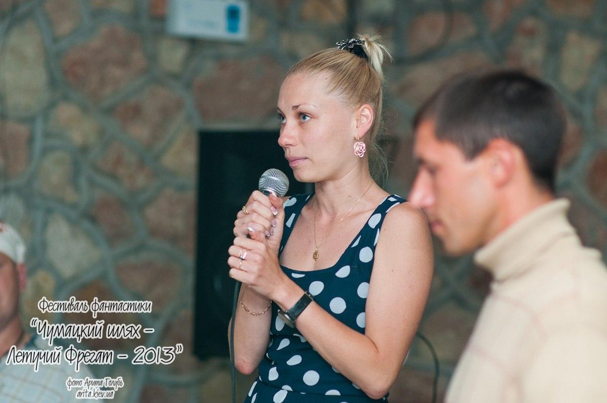 Активисты общественного движения 'Суть времени - Севастополь' Екатерина Чепурная и Алексей Букатин ведут диспут на тему 'Расцветут ли яблони на Марсе?'