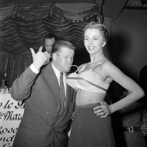 Реклама надувного бюстгалтера. Надувательство от американских женщин 50-х годов.Женщины всегда могли подкачать себе красоты сами или попросив об этом