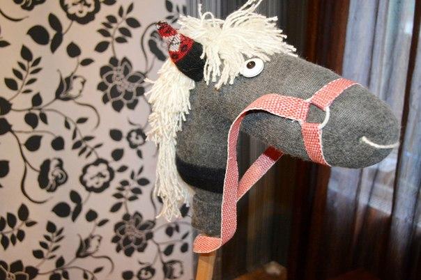 Лошадь из носка на палке