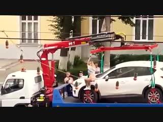 Девушка, спасая своё авто, устроила стриптиз на эвакуаторе