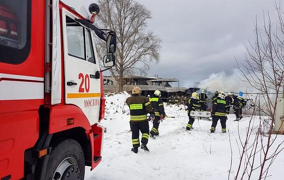 На юге Москвы загорелось судно
