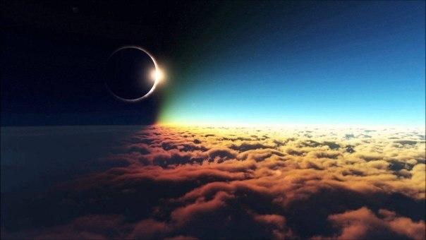 Солнечное затмение над облаками