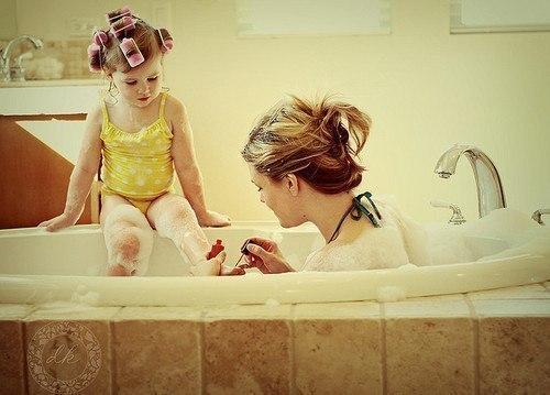 Быть мамой девочки — это нежность и постоянное проявление чувств. Это «люблю маму, папу и слоника» и бесконечное «ах, я касивая» перед зеркалом. Быть мамой девочки — это шикарные платья и «не развязывай бант». Это «стой спокойно, а то прическа не получится» и «тебе заколку с божьей коровкой или бабочкой?» Быть мамой девочки — это куклы и чаепития. Это «тссс, моя ляля спит» и «мама, на, чай из козлика и кубика». Быть мамой девочки — это быть мамой маленькой помощницы. Это когда щёткой от пыли…