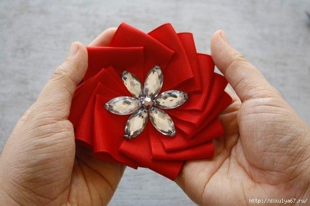 Цветок из атласных лент (10 фото) - картинка