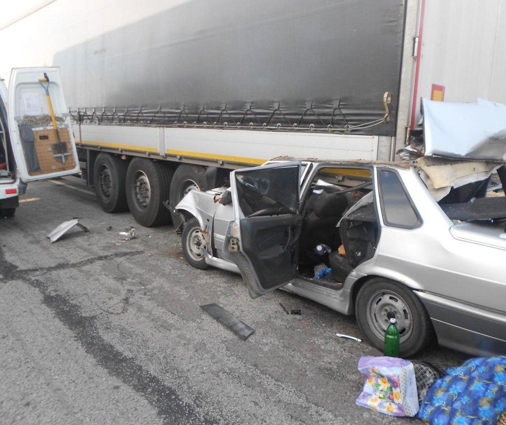 На доснкой трассе «ВАЗ-21015» влетел под фуру, водитель погиб