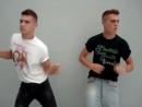 Красивые молодые парни-близнецы сексуально танцуют и раздеваются