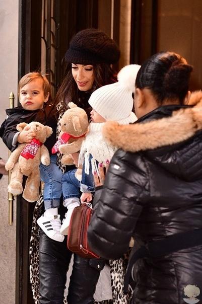 Амаль Клуни попала в объектив папарацци с подросшими детьми