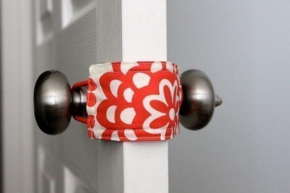 Простое решение для шумных дверей. Текстильная накладка для плотного и бесшумного закрывания двери.