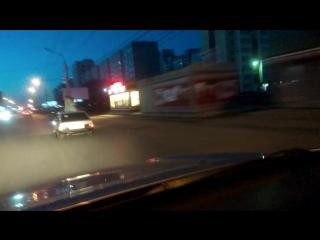 В омске девушку прокатили на крыше автомобиля