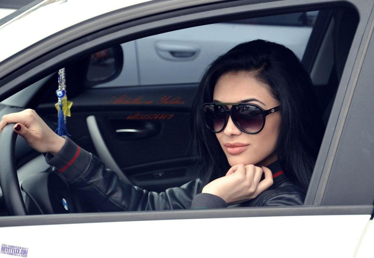 фото красивых девушек брюнеток в машине