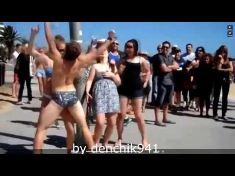 Парень приколист на море танцует, зажигает ржака