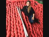 Девушка вяжет гигантскими нитками