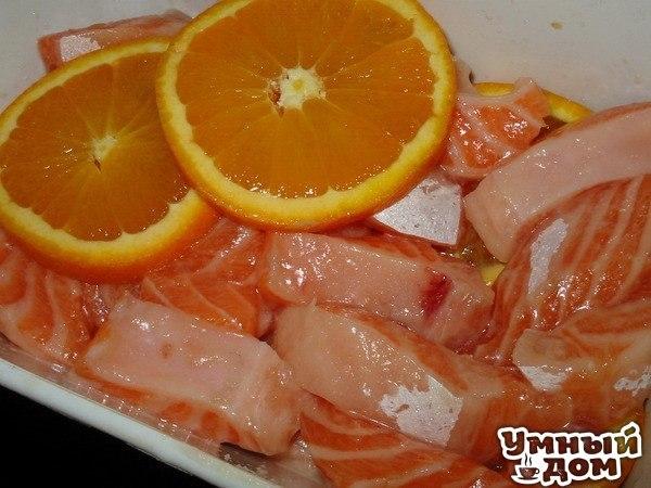 Рецепт засолки красной рыбы в апельсинах Для засолки подойдет любая красная рыба: семга, форель, кижуч. Вначале ее надо снять с кожи, разрезать вдоль хребта и вынуть остов, то есть разделать на филе. Иногда, когда дефицит времени, я оставляю кожу, только потом при нарезке на кусочки надо будет потратить чуть больше времени. Потом разрезать каждый кусок пополам поперек. Получится 4 больших кусочка. Теперь подготовленную рыбу - помыть и обсушить бумажным полотенцем. Теперь можно приготовить…