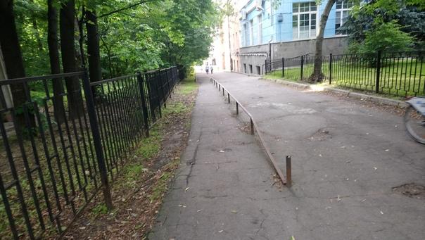 Очень остроумное решение. Забор от автомобилей. Уже не заедешь на тротуар, а пешеходы всё ещё могут перешагнуть препятствие.  7 июля 2018