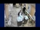 Время 7 21 на еще закрытом московском участке 684 женщина засовывает пачку бюлл