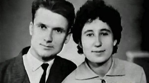 История жизни жены самого известного серийного убийцы СССР. По некоторым версиям, тяжелое детство Чикатило и постоянные издевательства в школе и в армии сделали его закомплексованным и забитым,