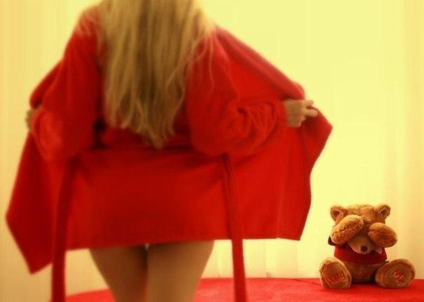 Женщина в халате показала