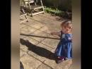 Маленькая девочка впервые обнаружила собственную тень