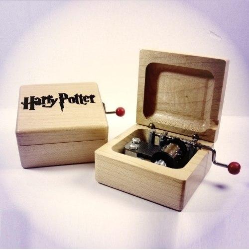 Музыкальная шкатулка которая проигрывает главную тему серии фильмов Гарри Поттера