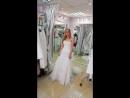 Каскадное свадебное платье с длинным шлейфом.