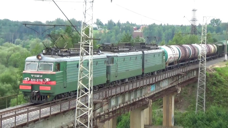 Приветливая бригада на электровозе ВЛ11 8 671 685Б с грузовым поездом БМО ж д