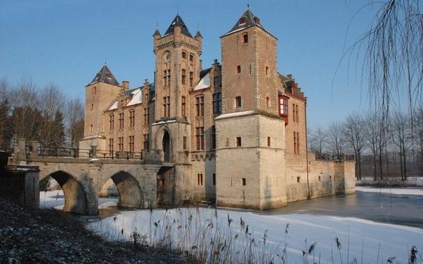 Замок Тиллегем в Брюгге, Западная Фландрия, Бельгия. Сие неоготическое строение (интерьер правда в стиле роккоко) не многим известно. Тут никогда не увидеть толпы туристов, несмотря на то что
