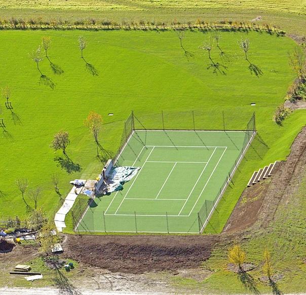 Виктория и Дэвид Бекхэм подарили сыну теннисный корт за 2,6 миллиона Виктория и Дэвид Бекхэм сделали необычный подарок своего 16-летнему сыну Ромео. Они построили ему теннистый корт в семейном