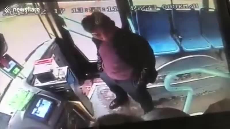 В Китае пассажиру который докопался до водителя и отказывался платить показали Кунг фу