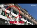 В Китае спасатели струёй из шланга «отговорили» китаянку прыгать с балкона.