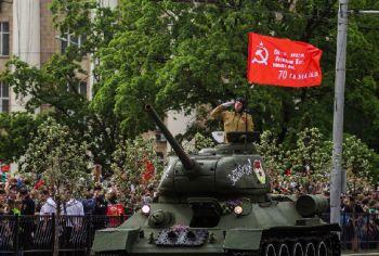 На параде в ДНР пообещали водрузить знамя Победы над