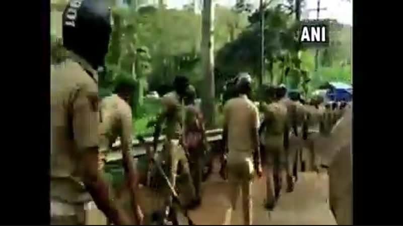 Полиция уничтожает технику протестующих. Индия.