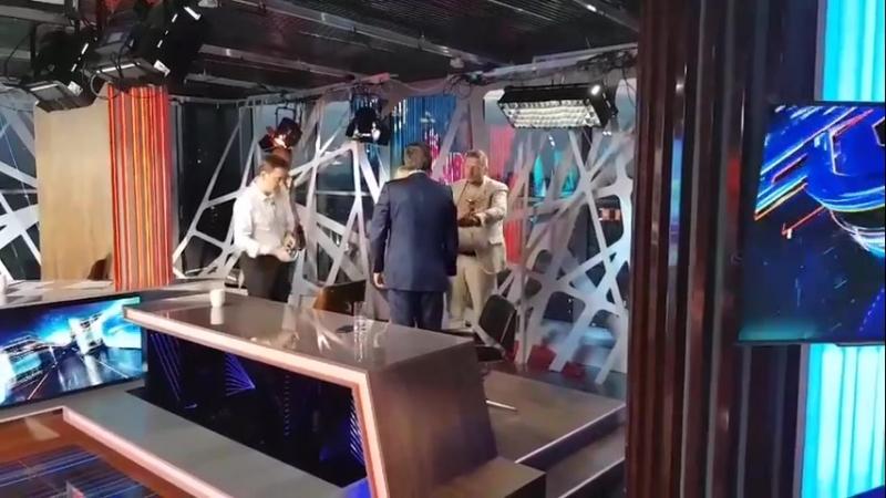на то, как дерутся свинюки смотреть можно вечно ... Депутаты Верховной Рады Шахов и Мосийчук били пятаки друг другу в студии